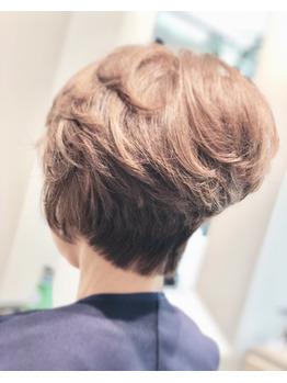 後頭部とトップにボリュームのあるヘアーを、。